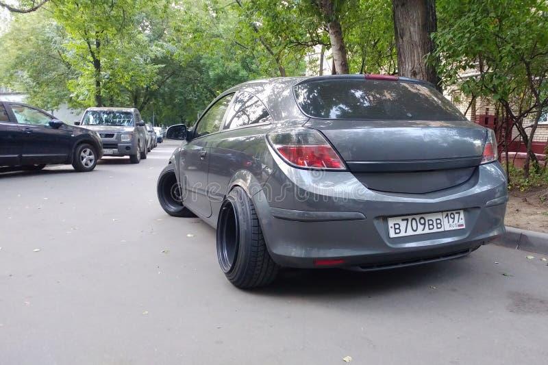 La Russie, Moscou - 4 mai 2019 : Gris Opel m?tallique Astra modifi? selon le style de position Voiture avec de grandes roues en a image libre de droits