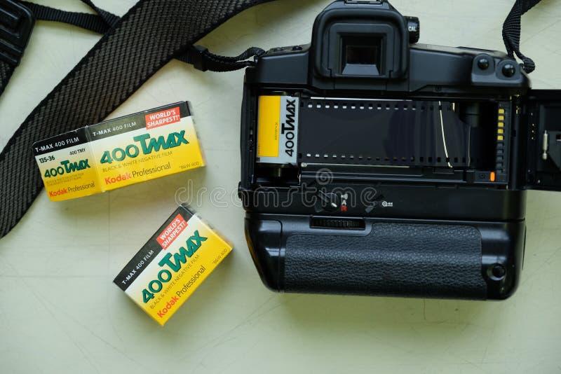LA RUSSIE, MOSCOU - 8 OCTOBRE 2016 : Film noir et blanc Kodak 400 T-maximum chargés dans une caméra professionnelle Canon EOS-3 photos stock