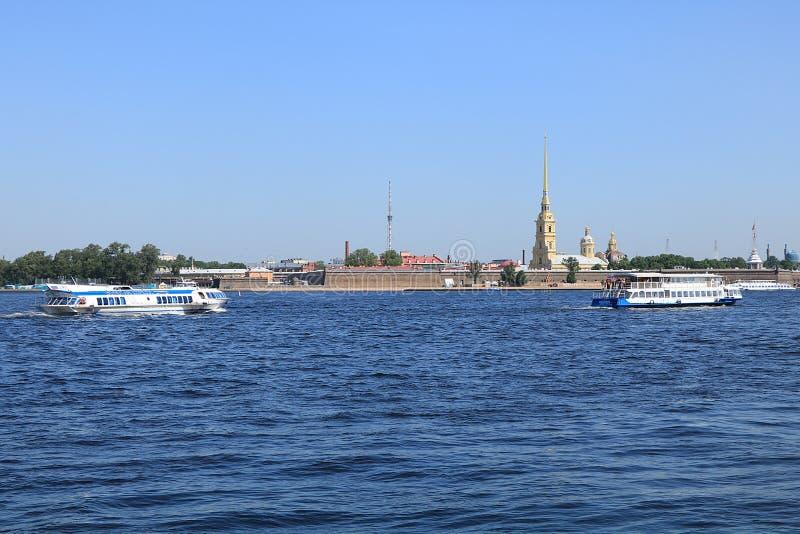 La Russie, Pétersbourg, le 8 juin 2019 Broche de Vasilyevsky Island Dans la photo Peter et Paul Fortress sur la banque du Neva photo stock