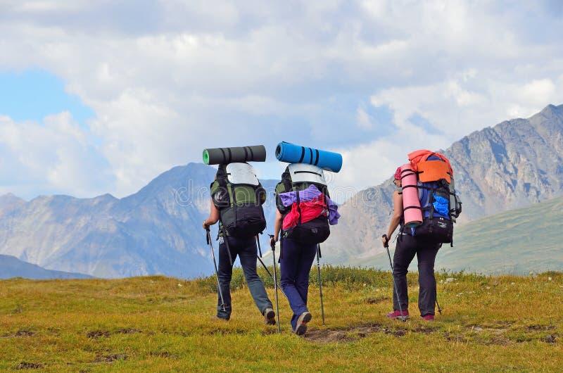 La Russie, République d'Altai, touristes sont sur le plateau Yoshtykyol dans le jour nuageux images libres de droits