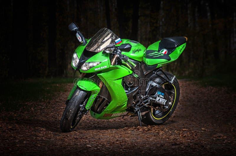 La RUSSIE Riazan, 20 10 2016 - Moto de sport Kawasaki zx-10r à la route foncée photos stock