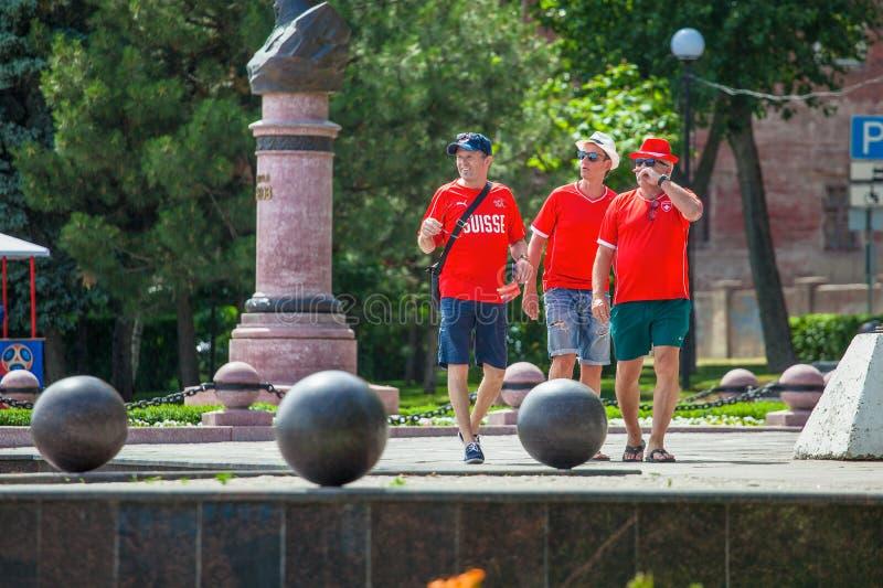 La Russie Rostov-On-Don le 16 juin 2018, trois hommes, fans de la Suisse marchant autour de la ville, où la coupe du monde 2018 d photos libres de droits