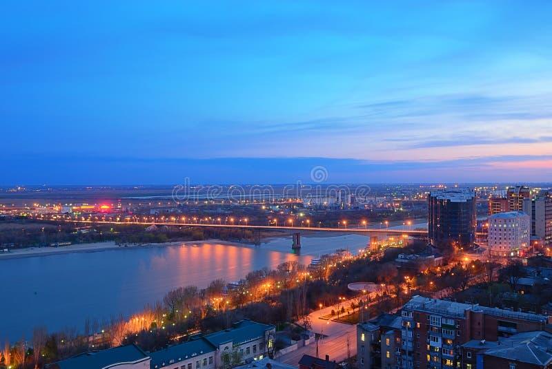 La Russie. Rostov-On-Don. Vue de nuit de la ville et du bri de Voroshilov photo stock