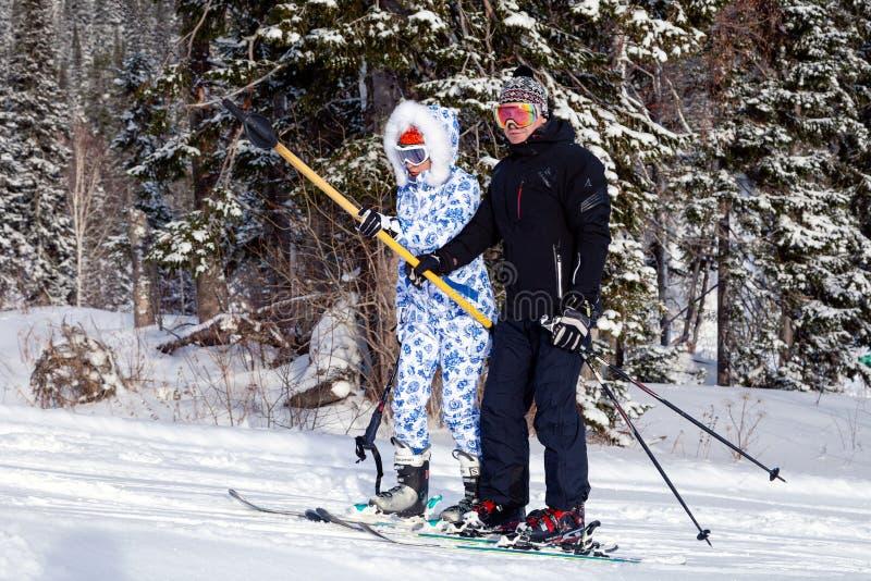 La Russie, Sheregesh 2018 11 17 deux skieurs homme et femme professent dedans photographie stock libre de droits