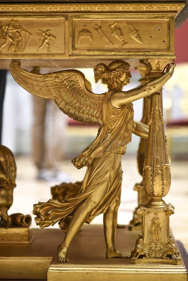 La Russie, St Petersbourg, le 10 octobre 2016 : Ange d'or comme jambe d'une table dans le musée d'héritage, Sankt Pétersbourg, Ru images libres de droits