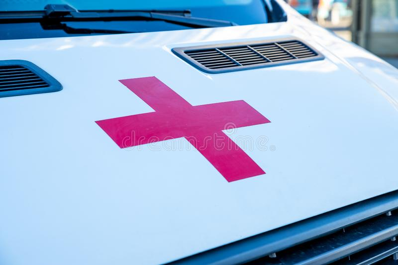 La RUSSIE, St Petersbourg, le 21 septembre 2018 la Croix-Rouge sur le capot blanc de l'ambulance santé de famille, charité et image libre de droits