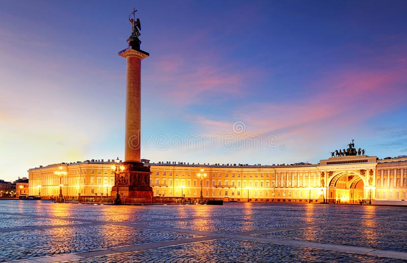 La Russie - St Petersbourg, palais d'hiver - ermitage la nuit, n photo stock