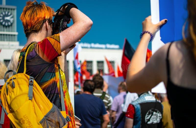 LA RUSSIE, ST PETERSBURG - 28 JUILLET 2018 : homme prenant des photoes lors de la réunion de protestation photographie stock