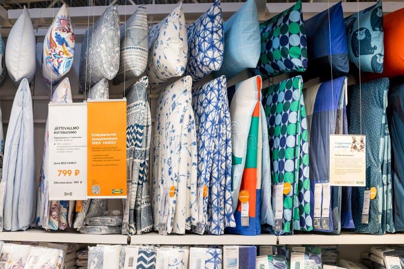 La Russie, St Petersburg, le 16 mars 2019 IKEA, le commerce avec la literie sur de pleines étagères Grand choix de literie dans l image libre de droits