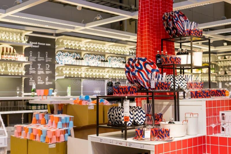 La Russie, St Petersburg, le 16 mars 2019 Ikea nouveaux plats pour l'usage ? la maison sur les shelfs dans le magasin vaisselle e photo stock