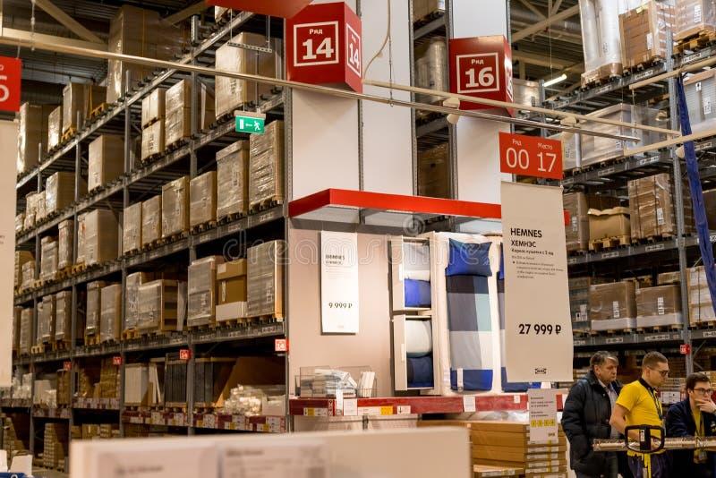 La Russie, St Petersburg, le 16 mars 2019 IKEA, secteur d'entrepôt de meubles, grand inventaire Marchandises d'entrepôt courantes images libres de droits