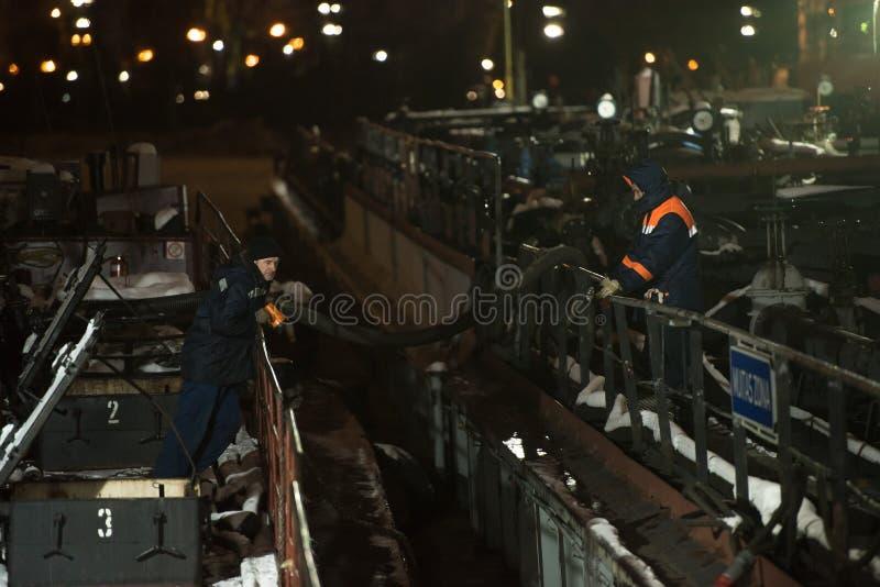 La Russie, St Petersburg, 11 01 2019 : Travail sur le pétrolier dans le port de St Petersburg photos libres de droits