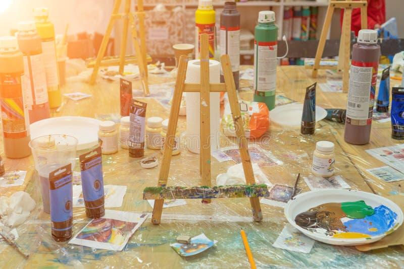 La Russie, Tatarstan, le 21 avril 2019 Table sale dans la peinture de l'artiste après dessin Intérieur de l'école d'art pour le d photo libre de droits