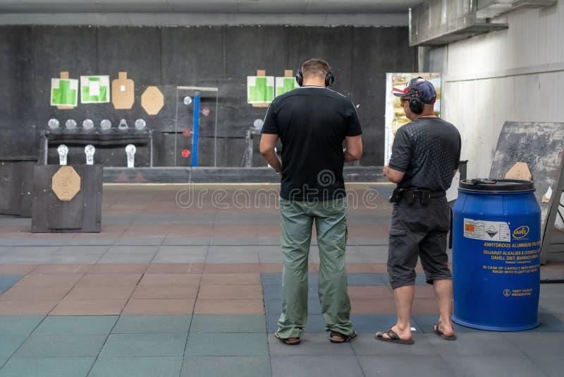 La Russie, Tatarstan, le 23 juin 2019 L'homme tire de l'arme à feu au champ de tir sous la direction de l' image libre de droits