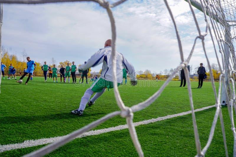 La Russie, terrain de football, gardien de but reflète le coup-de-pied images libres de droits