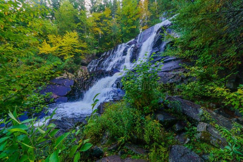 La-Rutsche-Zusatz-Rattenwasserfall, in Mont Tremblant National Park lizenzfreie stockbilder