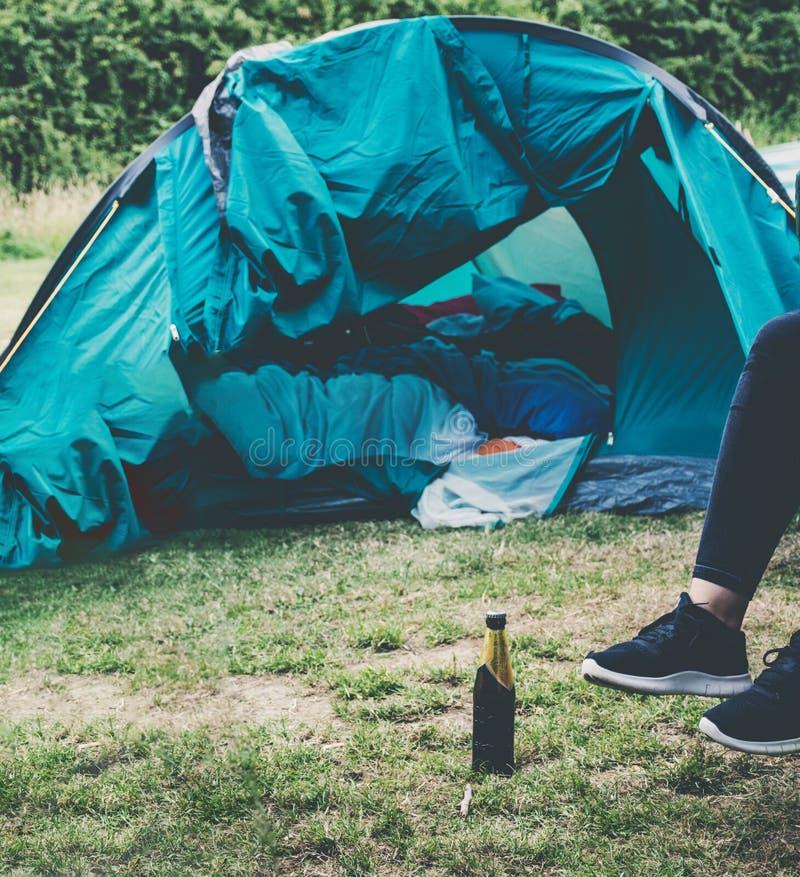 La séance a détendu en dehors d'une tente photo libre de droits