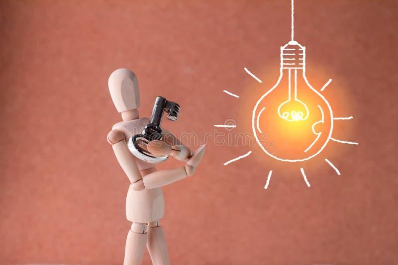 La séance de réflexion d'affaires avec la clé ouvrent et des allumages d'idée images libres de droits