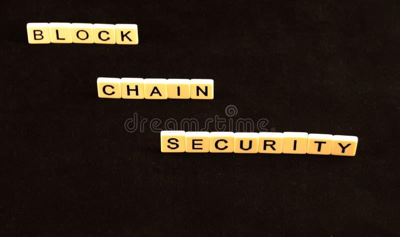 La sécurité de chaîne de bloc a défini dans des tuiles sur le bord sur un fond noir photos libres de droits
