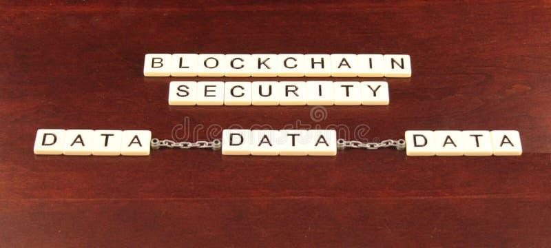 La sécurité de chaîne de bloc a défini dans des tuiles sur un fond en bois de cerise avec trois groupes de données attachés ainsi photographie stock libre de droits