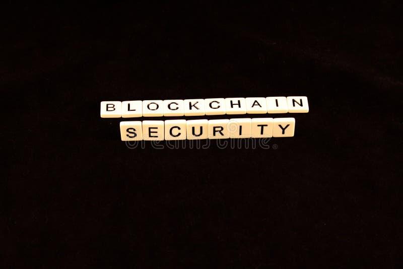 La sécurité de chaîne de bloc a défini dans des tuiles sur un fond noir photographie stock
