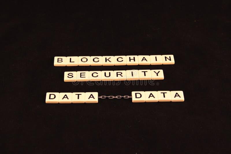 La sécurité de chaîne de bloc définie dans des tuiles sur un fond noir avec deux données s'est reliée à une chaîne images stock