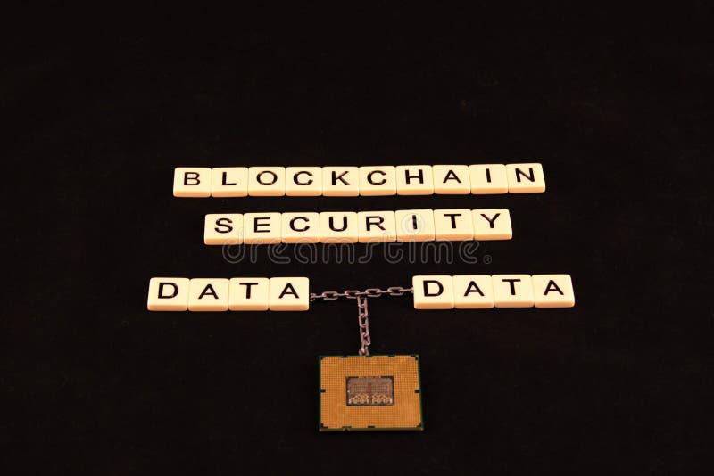 La sécurité de chaîne de bloc définie dans des tuiles sur un fond noir avec deux données s'est reliée à une chaîne à une puce de  photo libre de droits