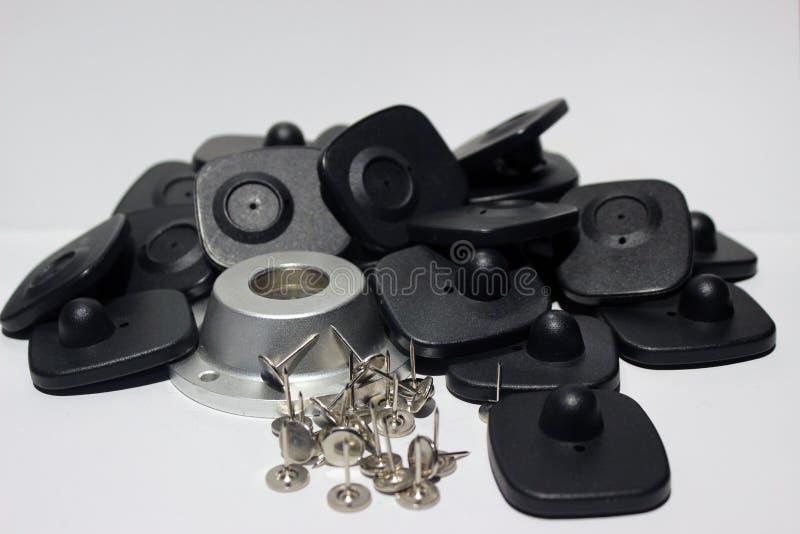 La sécurité de Cloting étiquette avec des goupilles sur le fond blanc d'isolement photographie stock