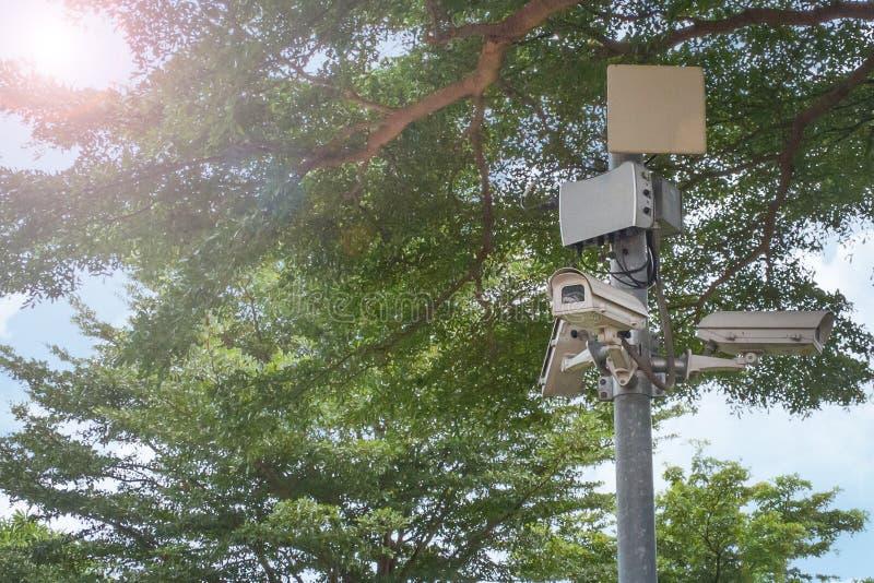 La sécurité multi d'appareil-photo de télévision en circuit fermé d'angle au parc images stock