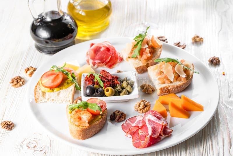 La sélection de la bruschette ou des canapes savoureux sur la baguette et le fromage taosted de quark a complété avec les saumons images libres de droits