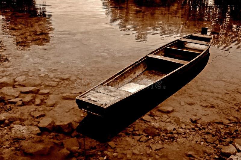 La sépia a modifié la tonalité le bateau photos stock
