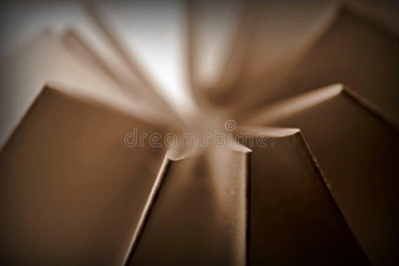 La sépia a modifié la tonalité le résumé plié de papier photo stock