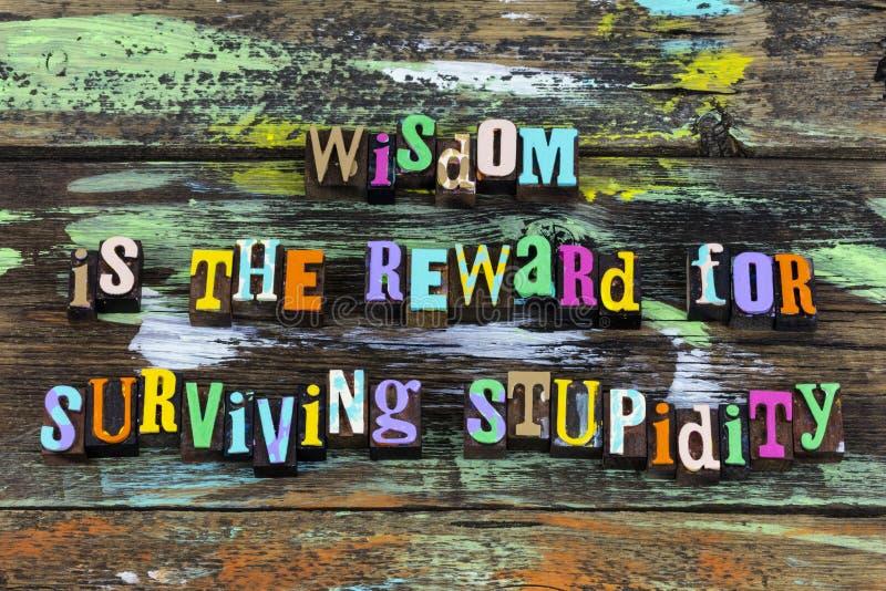 La sabiduría recompensa sobrevive a la estupidez sabio estúpido aprender letra frase imágenes de archivo libres de regalías
