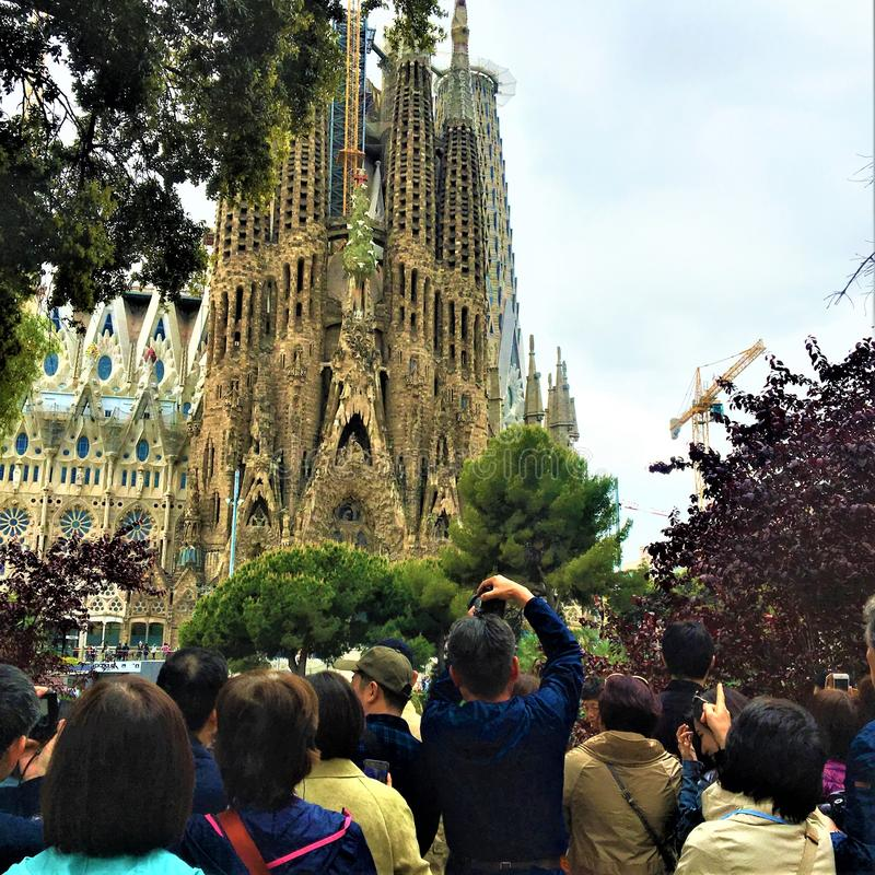 La Sagrada Familia en toeristen van Tempelexpiatori DE in de stad van Barcelona, Spanje royalty-vrije stock fotografie