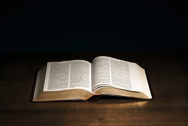 La Sainte Bible sur un bureau photo libre de droits