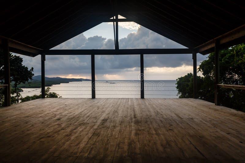 La sala de clase del estudio de la yoga del aire abierto en el borde del agua en del Caribe alista para la clase fotos de archivo libres de regalías