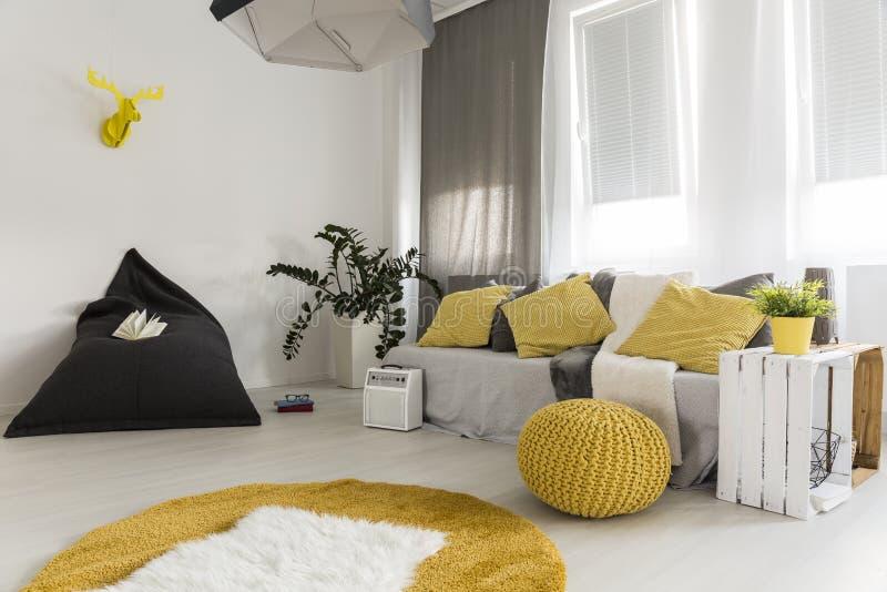 La sala de estar ligera con amarillo detalla idea fotografía de archivo libre de regalías