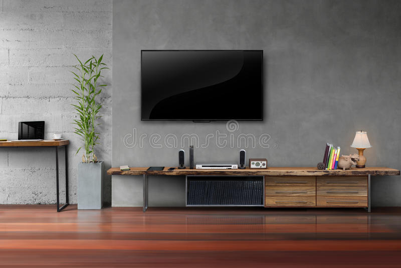 La sala de estar llevó la TV en el muro de cemento con el furn de madera de los medios de la tabla fotos de archivo libres de regalías
