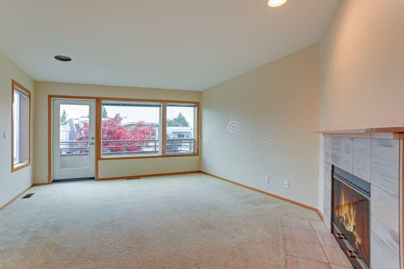 La sala de estar ofrece la chimenea ardiente de madera imagen de archivo libre de regalías