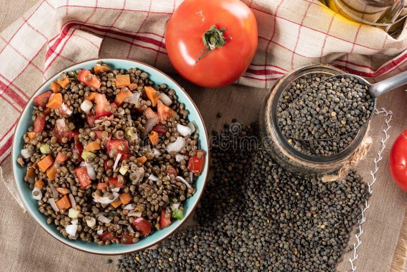 La salade appétissante de lentille avec des tomates et des oignons photographie stock