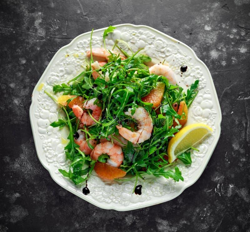 La salade asiatique de crevette de style avec la fusée et l'orange sanguine sauvages a servi avec les cales de citron et la bruin image stock