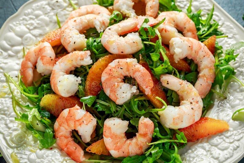 La salade asiatique de crevette de style avec la fusée et l'orange sanguine sauvages a servi avec les cales de citron et la bruin photos libres de droits