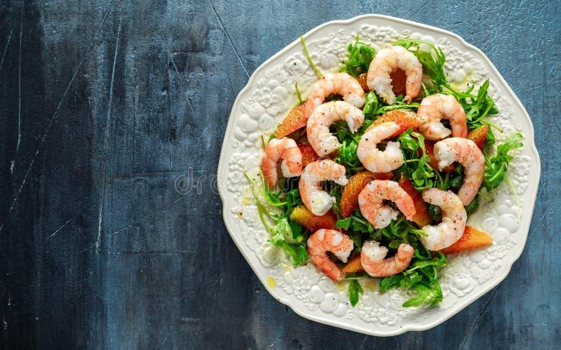 La salade asiatique de crevette de style avec la fusée et l'orange sanguine sauvages a servi avec les cales de citron et la bruin image libre de droits
