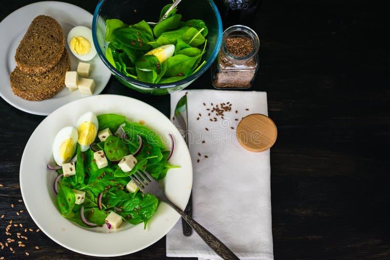 La salade avec des épinards part, fromage, oignon rouge photographie stock libre de droits