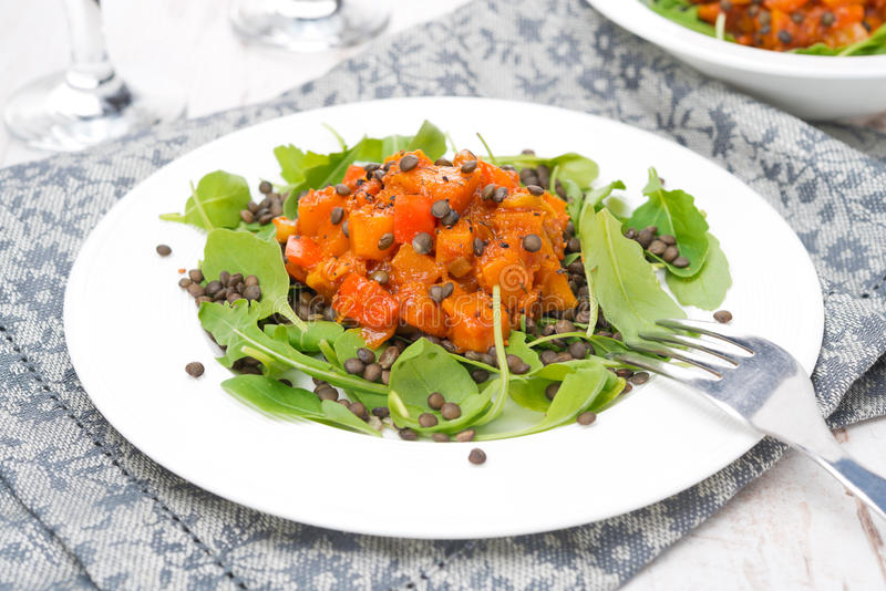 La salade avec l'arugula, les lentilles noires et le légume cuisent photos stock
