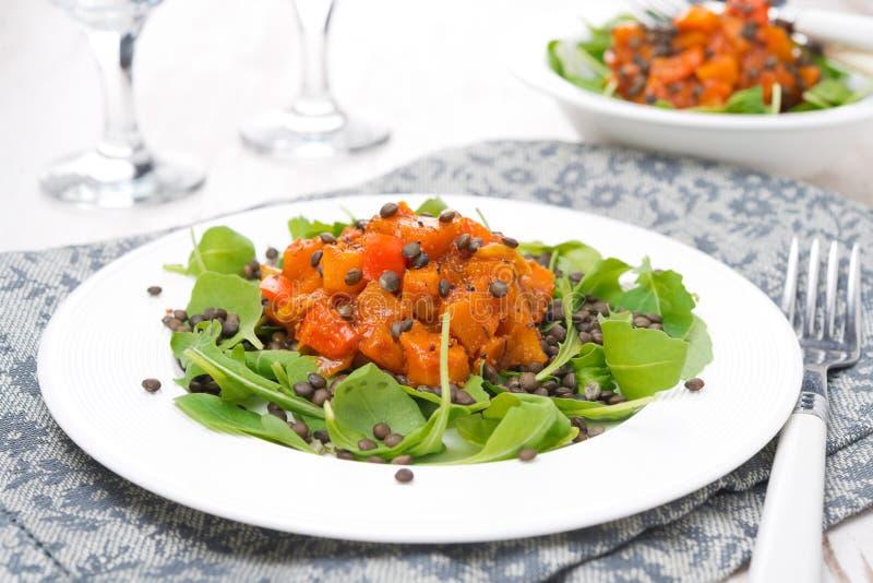La salade avec l'arugula, les lentilles noires et le légume cuisent, horizontal photo stock
