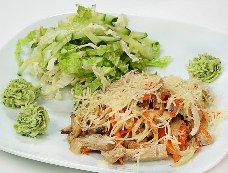 La salade chaude du porc, les légumes et les champignons en crème, salade et fromage se mélangent photographie stock