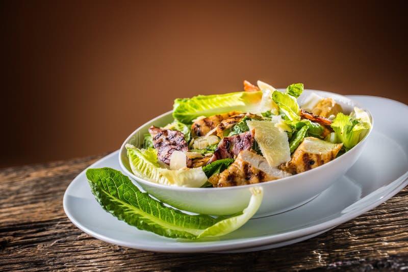 La salade délicieuse César avec les croûtons grillés de blanc de poulet eggs photographie stock libre de droits