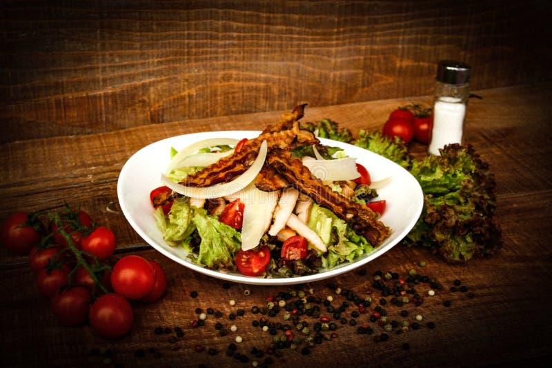 La salade de César a servi aux besoins du restaurant photo stock