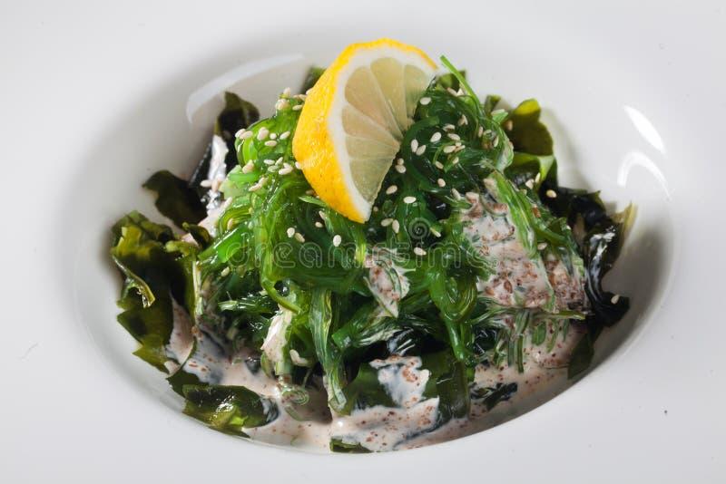 Download La Salade De Chuka Avec Les Graines De Sésame, Le Citron Et L'écrou Sauce L'algue Photo stock - Image du déjeuner, salade: 77162706
